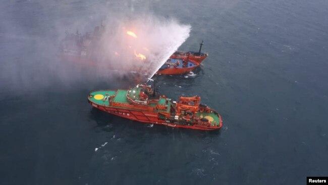 Спасательное судно орошает водой горящий танкер у берегов Керчи