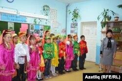 Укытучы Әнисә Алиева укучылар белән