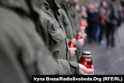 Під час урочистого відкриття пам'ятника учасники акції запалювали свічки