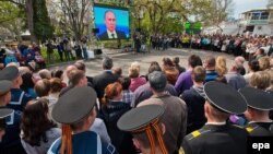 В Севастополе смотрят прямую линию с президентом России Владимиром Путиным. 17 апреля 2014 года.