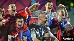 Ekipi serb duke festuar fitoren.