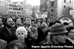 Чехословаки на Староміській площі в Празі вимагають виводу радянських військ із Чехословаччини. На транспарантах написи: «Окупанти! Кремль вас кличе», «Забирайтеся додому!», «Біжи додому, Іване!»