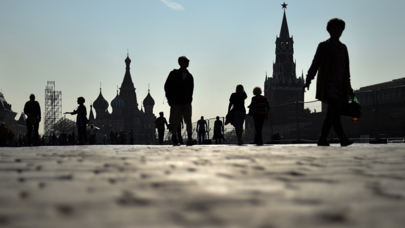 В Москве на Красной площади задержали активистов с плакатом «Свободу Навальному! Путина в тюрьму!» (+видео)