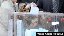 Девочка бросает бюллетень в урну. Белград, 24 апреля 2016 года.