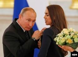 Президент России Владимир Путин вручает награду олимпийскому чемпиону Маргарите Мамун. Москва, 25 августа 2016 года.