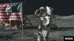 """""""Аполлон-11"""" очышында Айда АКШ байрагын урнаштырган Базз Олдрин"""