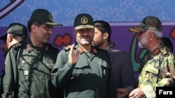 مهدی ربانی (سمت چپ) در کنار محمدعلی (عزیز) جعفری، فرمانده کل سپاه پاسداران.