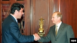 Ресей президенті Владимир Путин (оң жақта) мен Думадағы оңшыл күштер одағының лидері Борис Немцов. 2000 жыл.