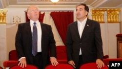 На той час майбутній президент США Дональд Трамп (л) із тодішнім президентом Грузії Міхеїлом Саакашвілі у резиденції в Тбілісі, квітень 2012 року