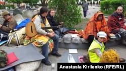 "Участники акции ""ОккупайАбай"" на Чистых прудах. 10 мая 2012 года"