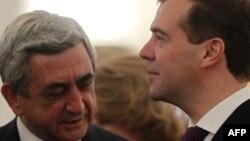 Серж Саргсян (слева) и Дмитрий Медведев (архивная фотография)