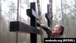 Крыж фарбуе Андрэй Толчын