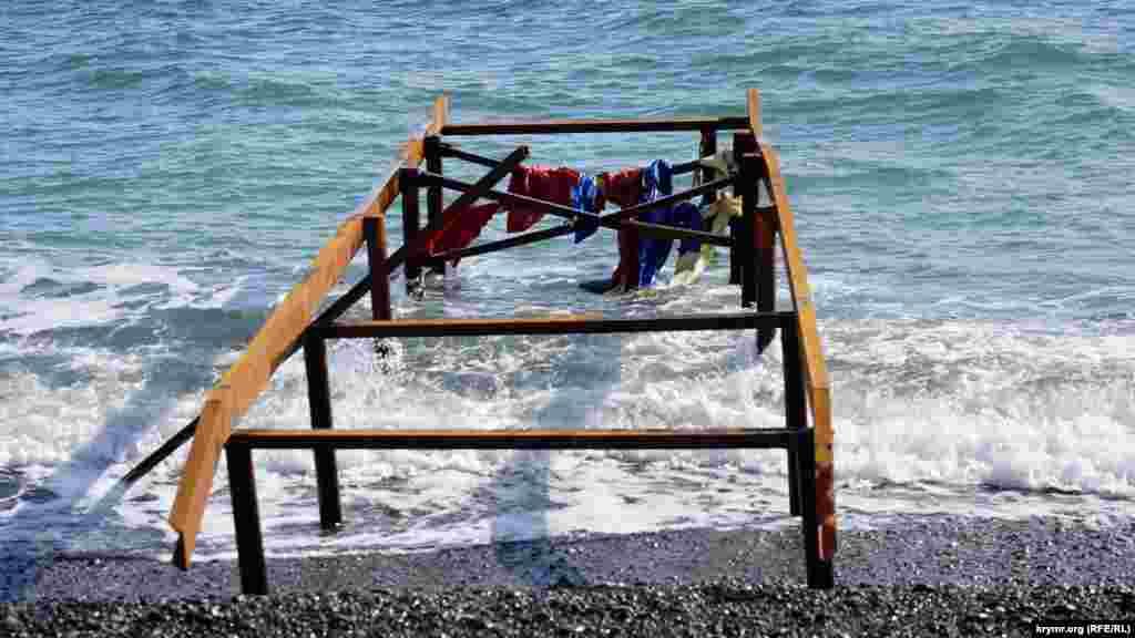На каркас причалу для прогулянкових плавзасобів, схоже, хвилями намотало ганчір'я