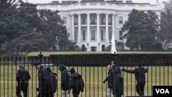 Ақ үй алдында жүрген қауіпсіздік қызметкерлері, Вашингтон. (Көрнекі сурет).