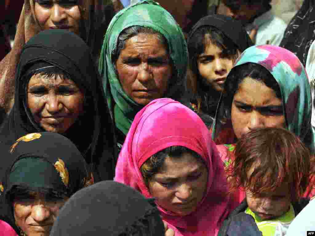 Afganistan - Raseljenih je sve više... - Ove žene čekaju da bi dobile svoj dio humanitarne pomoći.