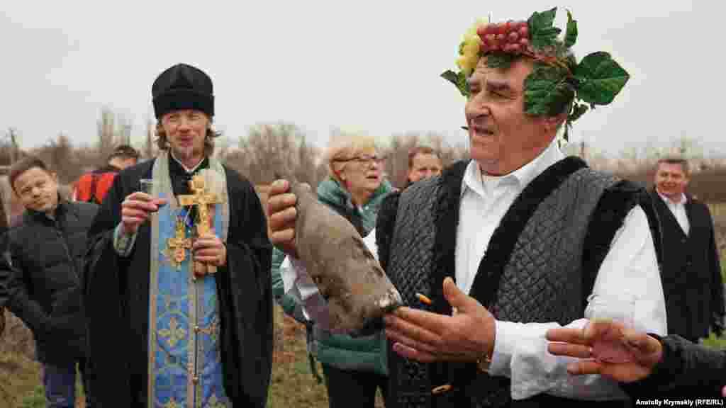 «Царем виноградарства і виноробства» Криму 2019 року став Микола Донцов із Сакського району. Він винороб у третьому поколінні. Слідом за ним пішли діти і внуки. На фото Донцов пригощає учасників свята своїм вином урожаю 2008 року