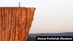 Человек, делающий селфи на скале в Крыму.