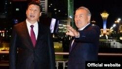 Президент Казахстана Нурсултан Назарбаев (справа) и президент Китая Си Цзиньпин во время встречи в Астане в сентябре 2013 года.