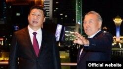 Қытай басшысы Си Цзиньпин (сол жақта) мен Қазақстан президенті Нұрсұлтан Назарбаев. Астана, 6 қыркүйек 2013 жыл. (Сурет Қазақстан президентінің ресми сайтынан алынды).