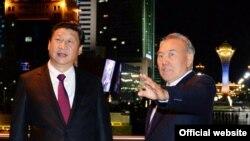 Президент Казахстана Нурсултан Назарбаев (справа) и президент Китая Си Цзиньпин. Астана, 6 сентября 2013 года. Фото с сайта президента Казахстана.