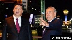 Президент Казахстана Нурсултан Назарбаев (справа) и президент Китая Си Цзиньпин во время одного из предыдущих его визитов в Астану.