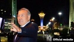 Президент Казахстана Нурсултан Назарбаев на фоне зданий на Левобережье Астаны. Сентябрь 2013 года.