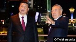 Қазақстан президенті Нұрсұлтан Назарбаев (оң жақта) пен Қытай басшысы Си Цзиньпин. Астана, 6 қыркүйек 2013 жыл.