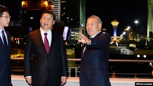 Kazakh Prasident Nursultan Nazarbaev (right) welcomes Chinese President Xi Jinping to Astana on September 6.