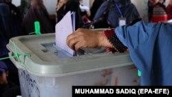 آرشیف، په کندهار کې یوه مېرمن د ولسي جرګې په انتخاباتو کې خپله رایه کاروي. October 27 2018