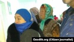 Жители Кувинского района Ферганской области Узбекистана стоят в очереди, чтобы попасть на прием к стоматологу.