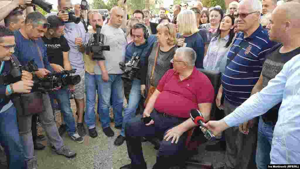 Ratni zločinac Vojislav Šešelj na barikadama