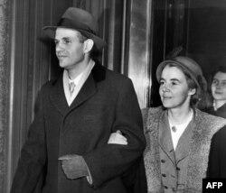Алжер Хисс со своей супругой после заседания суда, 1950 год