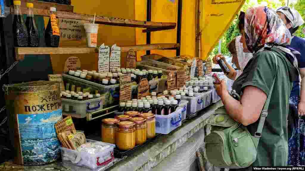 Здесь также можно сделать пожертвование или приобрести различную продукцию: мед, масла и так далее