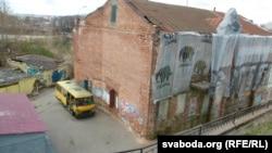 Тым часам у цэнтры гораду на вуліцы Лазарэнкі разбураюцца старыя дамы, помнікі архітэктуры