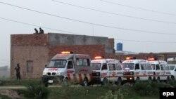 لاهور: د پولیس په عملیاتو کې د وژل شوو مړي د پېښې له ځایه په امبولانسونه کې وړل کېږي. ۲۹م جون ۲۰۱۵