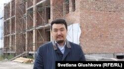 Генеральный директор «АльБаракат Компани» Бахытжан Тоимбетов на фоне недостроенного жилого комплекса «Прага». Астана, 12 августа 2015 года.