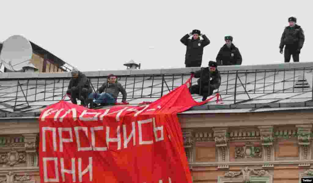 """Полиция пытается снять с крыши дома в Санкт-Петербурге активистов """"Другой России"""", которые вывесили растяжку""""Ильич, проснись. Они ох*ели"""" 4 ноября. Задержали 23 человека"""