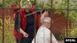 Ольга стриже літню жінку на території закритого на обсервацію приватного будинку для літніх людей