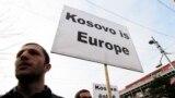 """""""Kosova është Evropë"""", është panoja që një protestues mban gjatë një proteste në Prishtinë, ku është kërkuar liberalizimi i vizave për qytetarët e Kosovës. Fotografi nga arkivi."""
