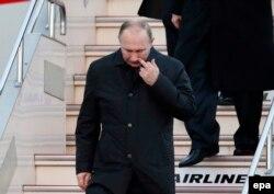 Владимир Путин сходит с трапа своего самолета в японской префектуре Ямагути. 15 декабря