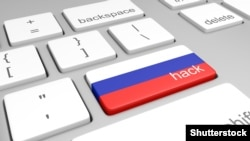 Клавиатура с клавишей hack (взлом) с цветами российского государственного флага на месте клавиши ввода. Иллюстрация.