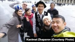 Канимет Жапаров (на переднем плане) с соотечественниками.
