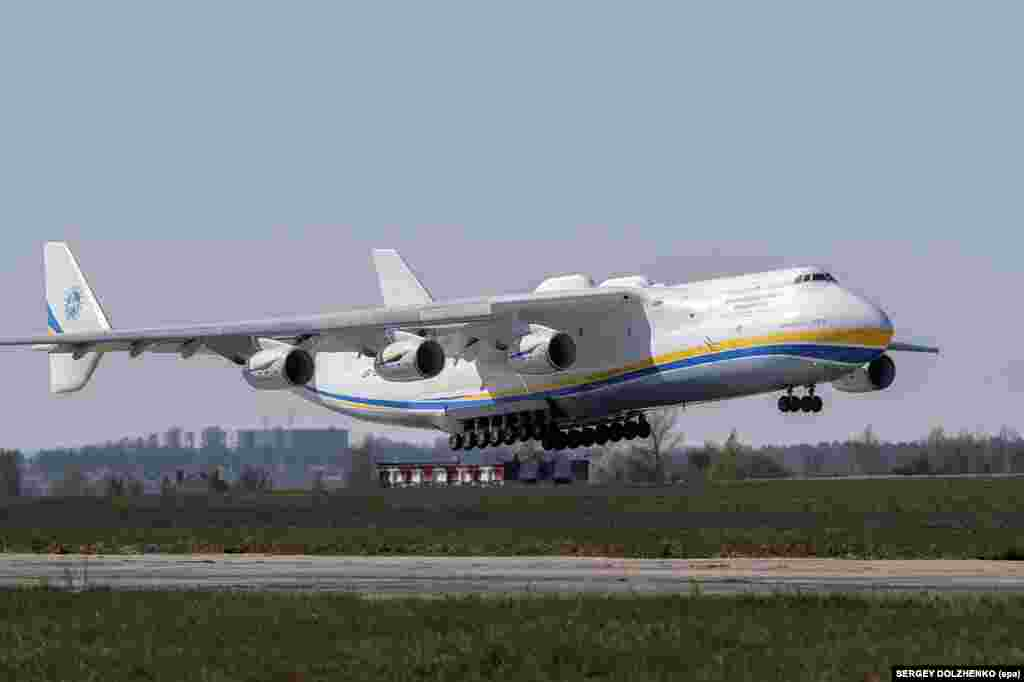 The An-225 landing in Kyiv on April 23. The plane is 84 meters long and has the widest wingspan of any operational aircraft, at 88.4 meters.
