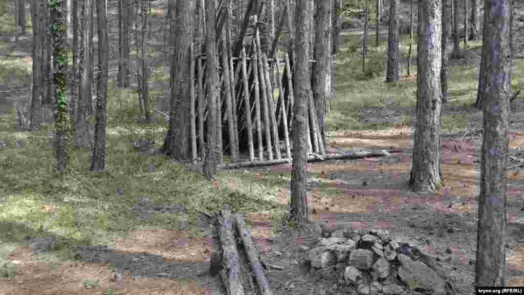 Територія Ялтинського гірничо-лісового заповідника. На самому початку підйому до вершини, де розміщений вихід газопроводу Бахчисарай-Ялта, стоїть курінь. Поруч, незважаючи на заборони розводити вогонь у лісовій зоні, – згасле багаття
