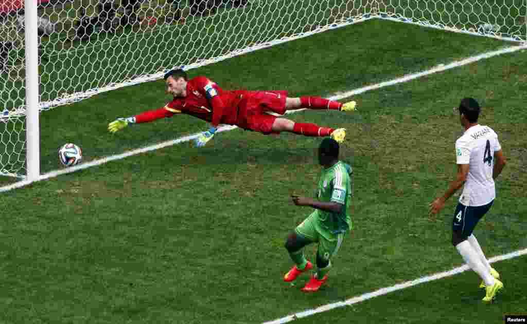 Fransa-Nigeriya – 2:0. Nigeriyalı hücumçu Emmanuel Emenike qol vursa da, baş hakim ofsayd qeydə alır.