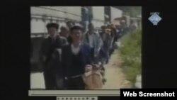 Scena iz video snimka: Razdvajanje muškaraca od zena i djece
