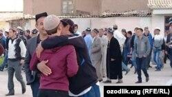 Мусульмане Узбекистана поздравляют друг друга в день празднования Курбан-хайита, архивное фото.