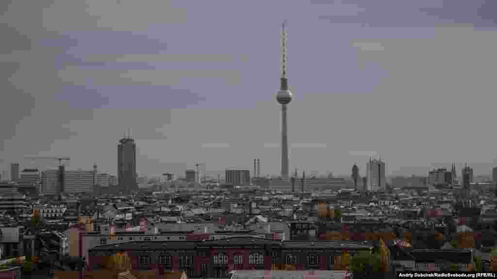 У місті скрізь відчувається «мур». Радянський Союз, як міг, намагався показати свою велич і перевагу над Західною Німеччиною. На фото – Берлінська телевежа у східній частині, яку видно було через мур з усіх куточків міста (вигляд з Західного Берліну)