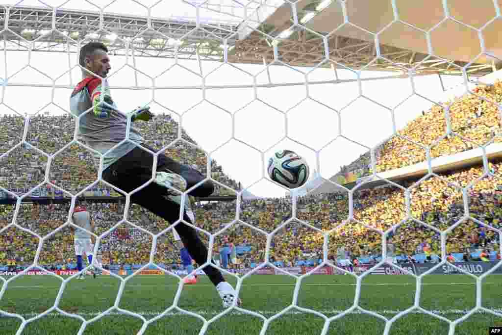 В Бразилии 12 июня стартовал чемпионат мира по футболу. В течение месяца сборные 32 стран соревнуются за титул сильнейшей команды планеты. В первом матче хозяйка турнира Бразилия одолела Хорватию со счетом 3 : 1.