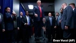 Дональд Трамп звертається до натовпу під час передвиборчої кампанії